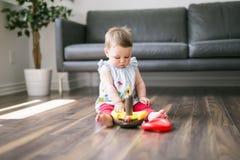 在家演奏玩具的愉快的孩子 免版税库存照片