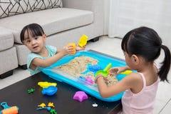 在家演奏运动沙子的亚裔中国小女孩 免版税图库摄影