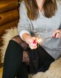 在家点燃火闪闪发光的妇女 免版税库存图片