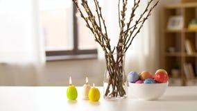 在家烧复活节彩蛋、的杨柳和的蜡烛 股票录像