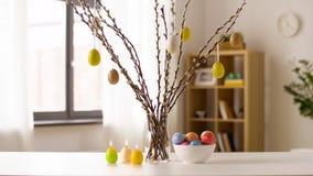在家烧复活节彩蛋、的杨柳和的蜡烛 股票视频