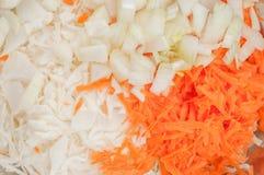在家烹调健康沙拉在厨房里 免版税库存图片
