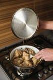 在家烹调厨房 免版税库存图片