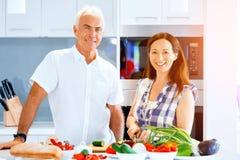 在家烹调成熟的夫妇 库存图片