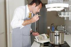在家烹调的人 免版税库存照片