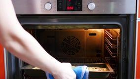 在家烹调莓果饼在烤箱 股票视频