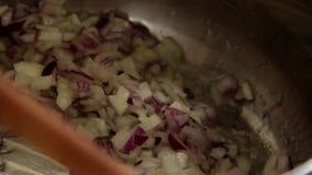 在家烹调-在罐的转动的葱 股票视频