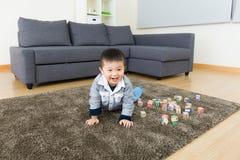 在家爬行亚洲的小男孩 免版税库存图片