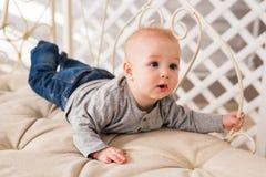 在家爬行在地板上的小男婴 免版税库存图片
