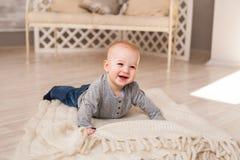 在家爬行在地板上的小男婴 免版税图库摄影