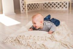 在家爬行在地板上的小男婴 免版税库存照片