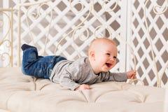 在家爬行在地板上的小男婴 库存图片
