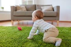 在家爬行在地板上的男婴 免版税库存照片
