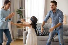 在家玩捉迷藏的不同的家庭 免版税库存图片