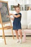 在家画微笑的女孩 库存图片