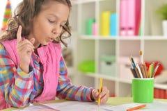 在家画的女孩 免版税库存图片