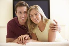 在家看宽银幕电视的夫妇 免版税库存图片