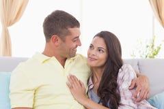 在家看彼此的夫妇在沙发 免版税库存照片