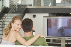 在家看电视的夫妇 免版税库存图片