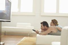 在家看电视的夫妇 库存图片