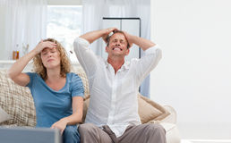 在家看电视的恋人在客厅 库存图片