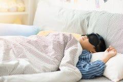 在家睡觉在床上的孩子在毯子下 库存图片