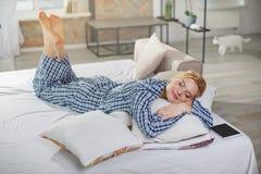 在家睡觉在枕头的平静的妇女 库存图片