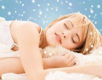 在家睡觉的十几岁的女孩 免版税库存图片