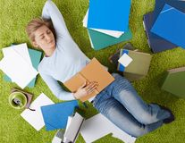 在家睡觉的大学生 免版税库存照片
