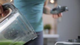 在家砍戒毒所圆滑的人的妇女绿色菜 健康吃,素食食物,节食 股票视频