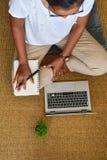 在家研究便携式计算机的一个少妇 企业骗局 免版税库存图片