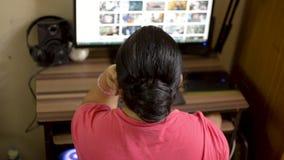 在家研究台式计算机计算机的印度亚裔白种人妇女 浏览议院的妻子读互联网网站博克在桌面 影视素材