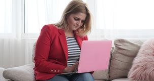 在家研究膝上型计算机的女实业家 股票视频