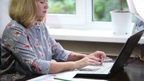 在家研究膝上型计算机的妇女金融家 股票视频