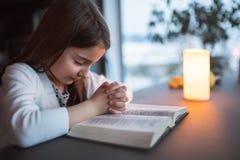 在家祈祷一个小的女孩 免版税库存图片