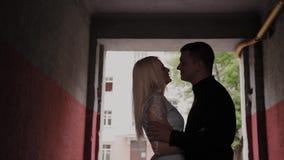在家站立在曲拱下和握手的爱的愉快的夫妇 影视素材