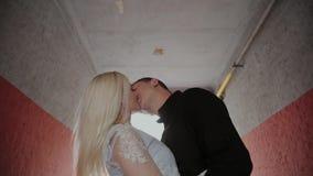 在家站立在曲拱下和握手的爱的愉快的夫妇 股票录像