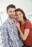 在家站立愉快的夫妇画象  图库摄影
