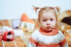 在家站立的小女孩 库存图片