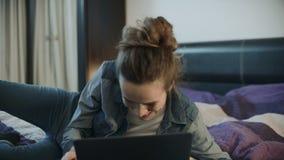 在家笑与膝上型计算机的愉快的妇女 激动的人拍的手 股票视频