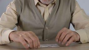在家结合拼图的老人,逻辑思维发展 股票录像