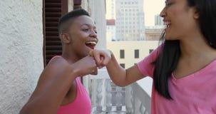 在家给拳头爆沸的妇女在阳台4k上 股票录像