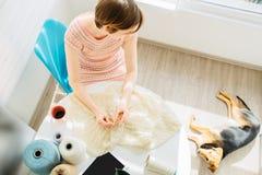 在家编织某事与钩针编织的女工匠顶视图在内部舒适的工作场所 与她的女性运作的嫩鞋带 免版税库存图片