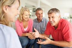 在家聊天中间年龄的夫妇 免版税库存照片