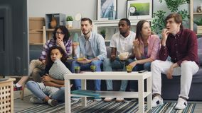 在家聊天然后观看的电视新闻的女孩和人谈论悲剧 股票录像