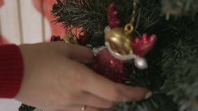 在家装饰与红色球的少妇圣诞树 特写镜头 股票视频