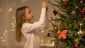 在家装饰圣诞树的愉快的女孩 股票录像
