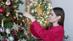 在家装饰圣诞树的愉快的少妇 影视素材