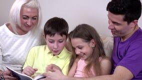 在家观看书的Hapy年轻家庭 股票录像