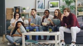 在家观看在电视的可怕恐怖电影和吃快餐的情感朋友 影视素材